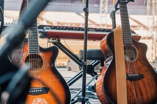 stand de guitare au sol